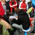 Autogrammstunde von Kauli Seadi auf einem Sporthocker / Foto: Susanne Wilke
