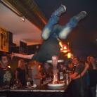 Sventastic Schulterhocke auf der Bar im Kamikaze / Foto: Stephan Landschütz