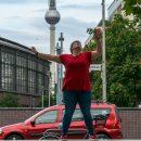 Rieke mit einer Wirbelkombo vor dem Fernsehturm in Berlin  / Foto: Landschütz / SALZIG Sporthocker