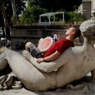 Philippo chillt am Palais de Tokyo / HockEurope Paris / SALZIG Sporthocker / Foto: Landschütz