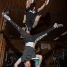 Nico over Dennis / Trick: Boxwechsel over Schulterstand / Sporthocker Training / Foto: Stephan Landschütz